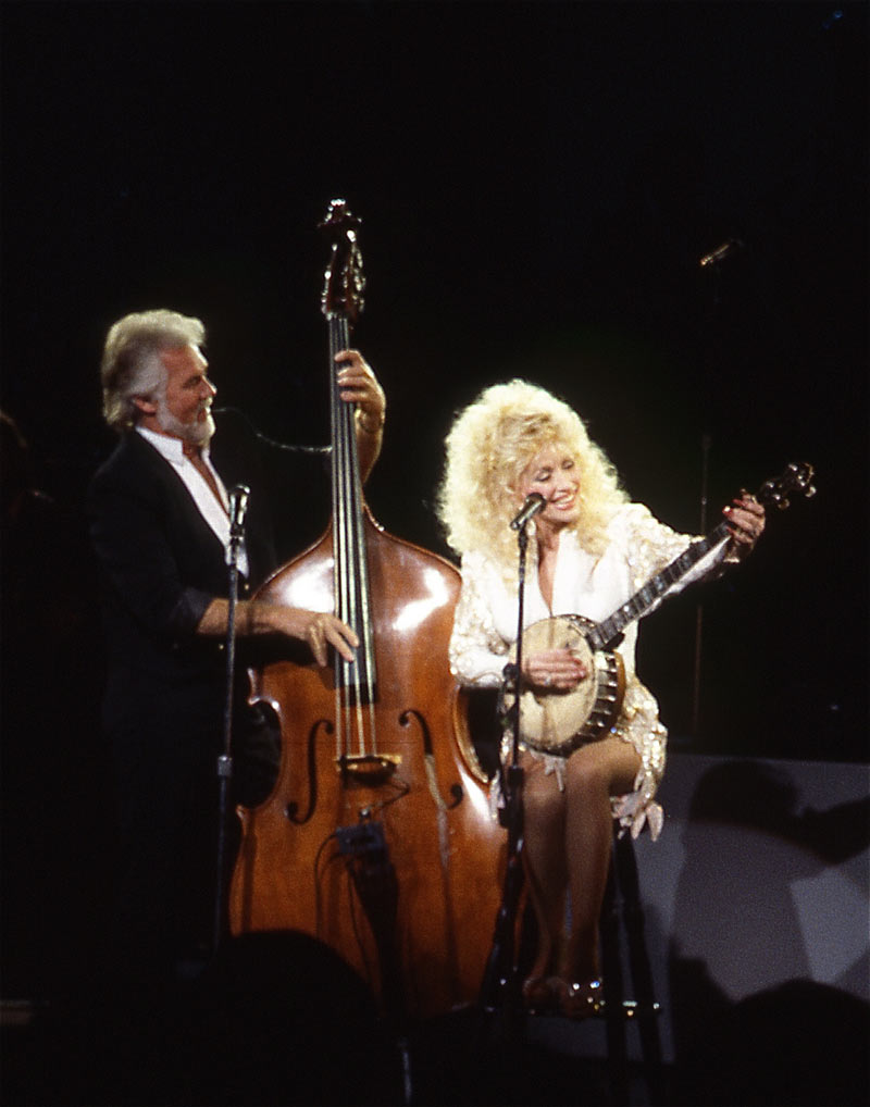 Dolly Parton and Kenny Rogers duet onstage