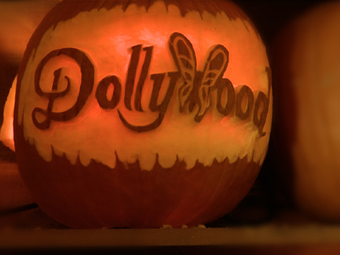 Dollywood Prepares New Display For Harvest Festival